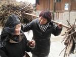 Guo Jianmei talking to an old lady